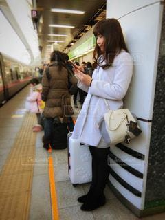 駅で立っている女性の写真・画像素材[1047837]