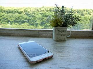 カウンターの上のスマートフォンの写真・画像素材[1152900]