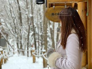雪の中で佇む女性の写真・画像素材[1670822]