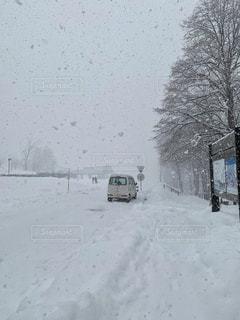雪道を走る車の写真・画像素材[1670983]