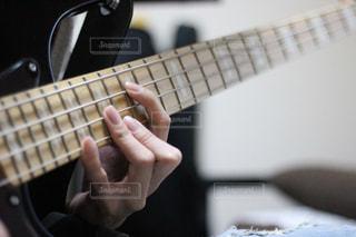 ベースを弾く手の写真・画像素材[1166015]
