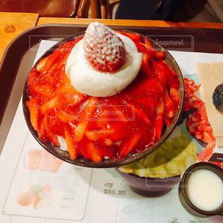 テーブルの上に食べ物のプレートの写真・画像素材[921471]