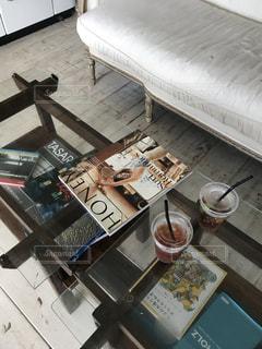 テーブルの上のチラシのスタックの写真・画像素材[1829472]