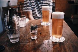 テーブルの上のビールの写真・画像素材[795668]