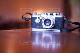テーブルの上のカメラの写真・画像素材[868092]
