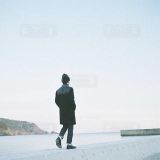 歩く男性の写真・画像素材[895607]
