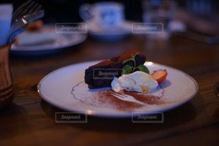 テーブルの上に食べ物のプレートの写真・画像素材[895669]