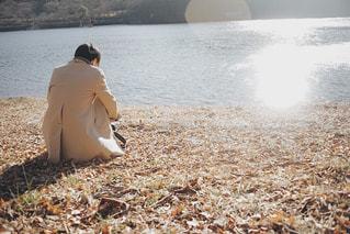 池のほとりの男性の写真・画像素材[1742967]