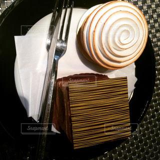 テーブルの上のケーキの一部の写真・画像素材[1073977]