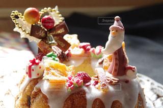 近くに皿の上のケーキのアップの写真・画像素材[1634512]