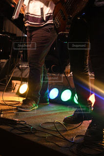 楽器演奏とステージ上を実行する人々 のグループ - No.745720