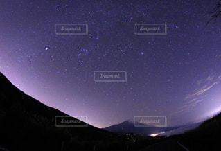 暗闇の中で山と青空の写真・画像素材[856809]