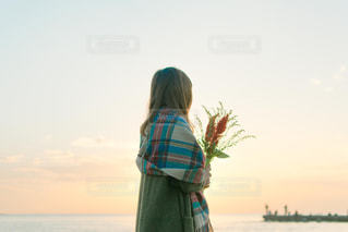水の体の前で立っている女性の写真・画像素材[850723]