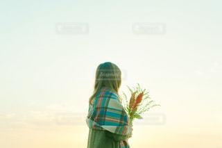 カラフルな凧を保持している女性の写真・画像素材[928093]