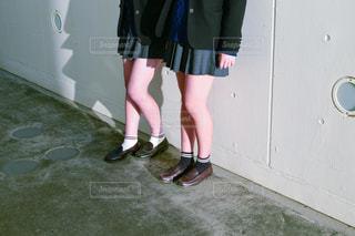 靴の前に立っている女性の写真・画像素材[967693]