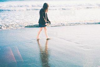 水域の隣に立っている人の写真・画像素材[2290344]