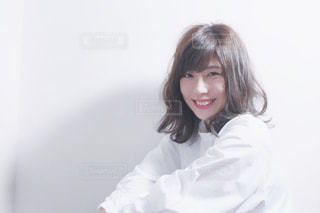 白いシャツを着ている女性の写真・画像素材[705473]