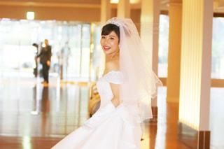 白いドレスを着た女性の写真・画像素材[878189]