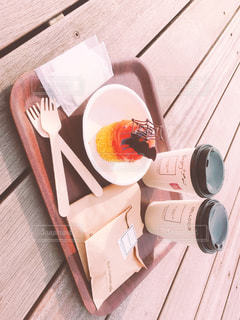 木製のテーブルのパンフレットのスタックの写真・画像素材[878201]