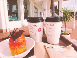 テーブルの上のコーヒー カップの写真・画像素材[878202]