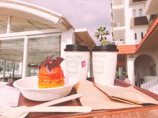 テーブルの上に食べ物のプレートの写真・画像素材[878203]