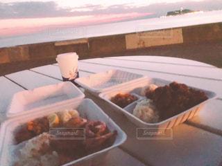 テーブルの上に食べ物のプレートの写真・画像素材[878209]