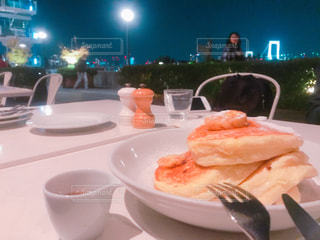 テーブルの上に食べ物のプレート - No.878211