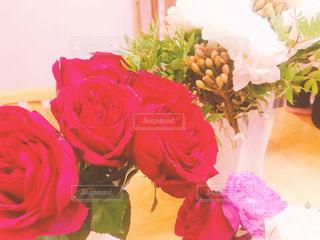 テーブルの上に花瓶の花の花束の写真・画像素材[878215]