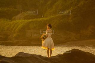 日没の前に立っている人の写真・画像素材[878217]