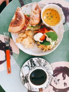 テーブルの上に食べ物のプレートの写真・画像素材[980667]