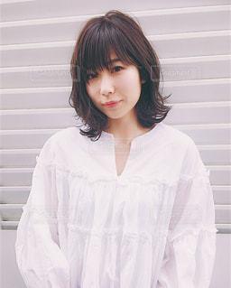 白いシャツの人の写真・画像素材[1137303]
