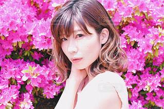 近くにピンクの花人のアップの写真・画像素材[1144338]