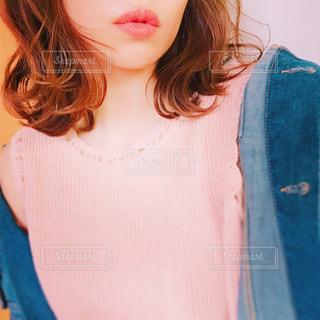 青いシャツを着た女性の写真・画像素材[1144342]