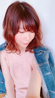 青いシャツを着た女性の写真・画像素材[1144354]