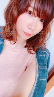 青いシャツを着た女性の写真・画像素材[1144355]