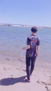 水の体の横に立っている少年 - No.1242861