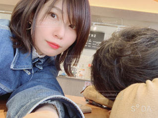 カメラを見ている女の子の写真・画像素材[2106672]
