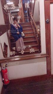 カメラを装って鏡の前に立っている人の写真・画像素材[2106674]