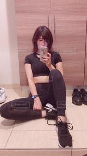 カメラを装って鏡の前に座る人の写真・画像素材[2106729]