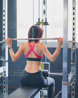 鏡の前に立っている女性がカメラのポーズをとっているの写真・画像素材[2178084]