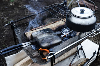 焚き火でホットサンドの写真・画像素材[2877065]