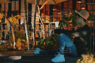 建物前のテーブルに座っている男の写真・画像素材[1063681]