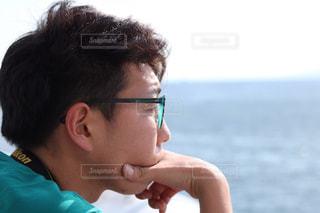 水を見ている男 - No.729346