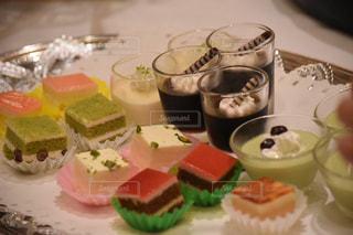 テーブルの上のケーキ - No.886322