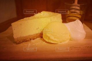 テーブルの上のケーキのスライス - No.1078314