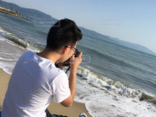 砂浜の上に立っている人の写真・画像素材[1169540]