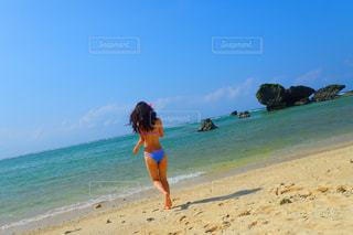 浜辺に立っている人の写真・画像素材[3223156]