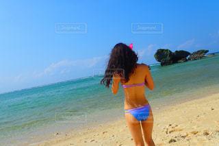 ビーチに立っている女性の写真・画像素材[3223155]