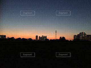 夜の街に沈む夕日の写真・画像素材[1216500]