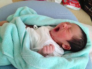 赤ちゃんのベッドの上で横になっています。の写真・画像素材[1217091]